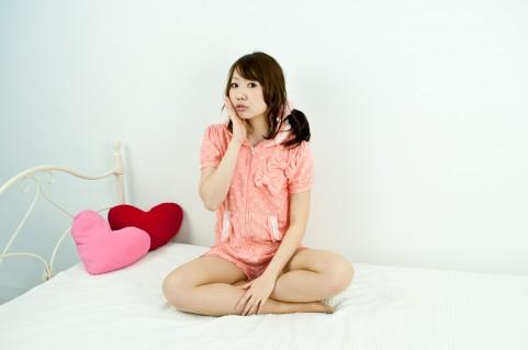 パジャマ寝る女性