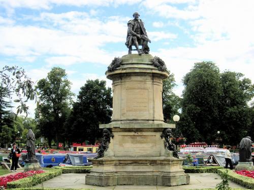 シェイクスピアの銅像 正面