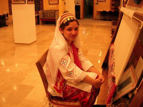 民族衣装の絨毯織り