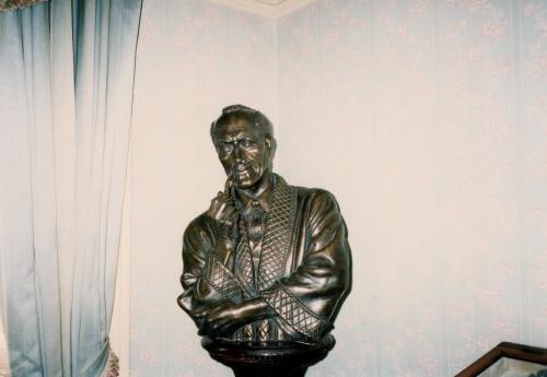 ホ博物館・ブロンズ像