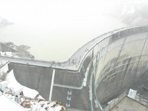 雪のダム俯瞰
