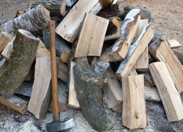 斧で割った薪の山