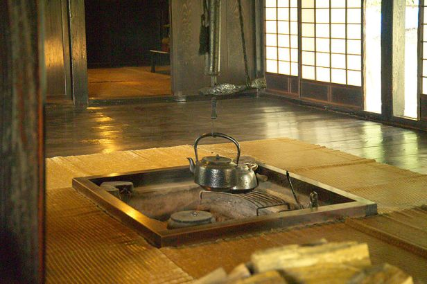 800px-Japanese_Traditional_Hearth_L4817囲炉裏