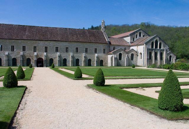 800px-Abbaye_de_Fontenay-EgliseBatimentsフォントネー修道院