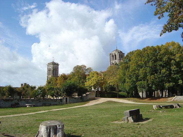 20121206131023tpBAヴェズレーの丘と教会