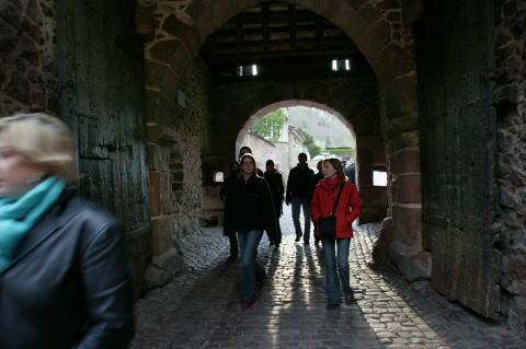 8D2T8984n1城壁の門をくぐって村に入る