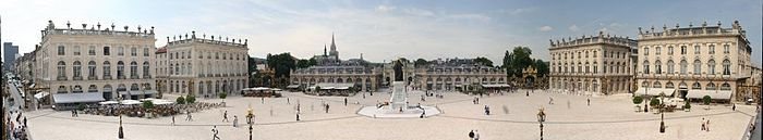 700px-Panorama_place_stanislas_nancy_2005-06-15スタニスラス広場