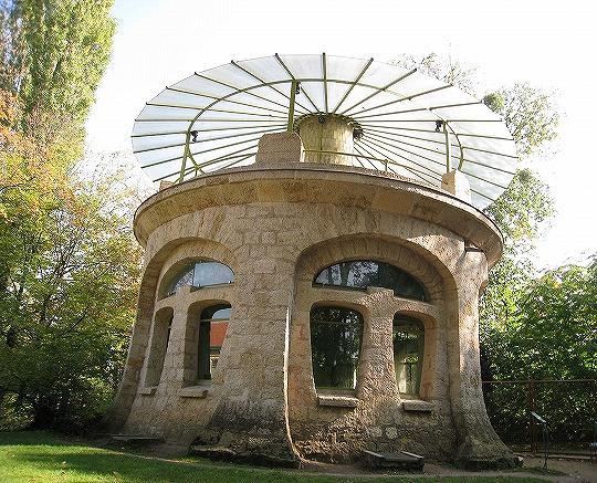 10美術館の広い庭にある唐傘のような屋根の水族館