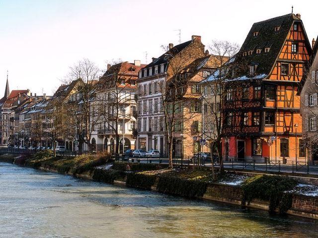 800px-Strasbourg,_Quai_des_Bateliersストラスブール運河沿いの木組みの家