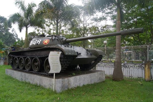 800px-T-54(attack_Reunification_Palace)_01突入したT5戦車