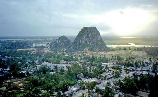 800px-Marble_Mountains,_Vietnamダナン郊外の五行山