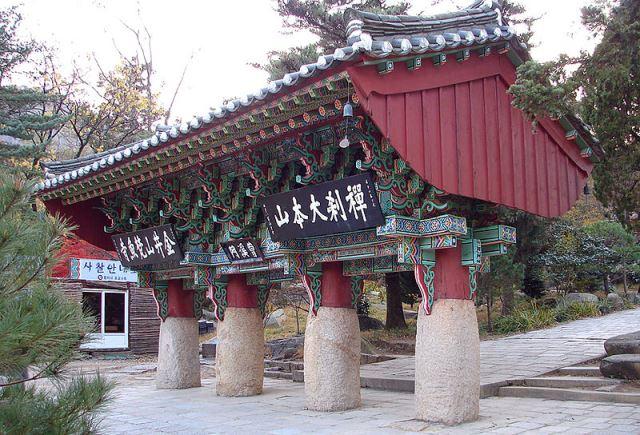 800px-Korea-Busan-Beomeosa_Iljumun_6410-07梵魚寺一柱門
