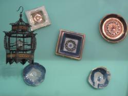 壁にランダムに飾られた絵皿
