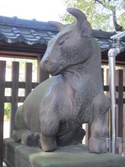 牛島神社だけに狛牛?!