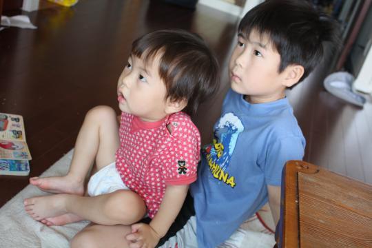 テレビを食い入るように見る二人2010