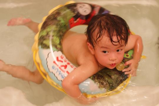 風呂場で泳ぐ次男
