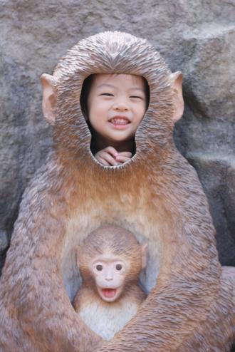 岩山動物公園のさる像前にて