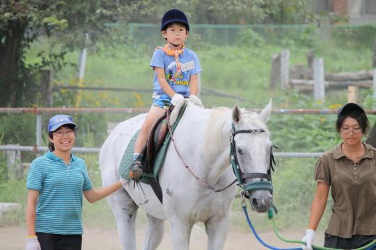 岩手大で馬に乗る長男