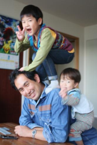 パパによじ登る子供たち