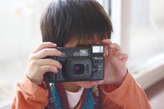 カメラを構える長男