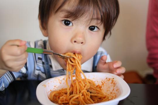 パスタを一人で食べる次男