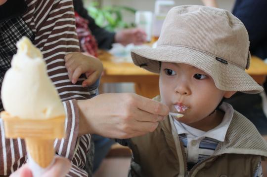 藤原パーラーでアイス食べる次男