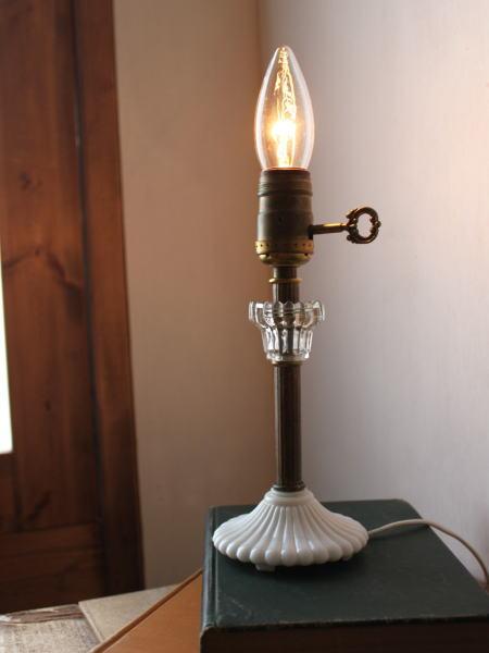 アメリカヴィンテージのミルクガラス卓上ランプ 鍵付真鍮製ソケットが渋さを出してます!