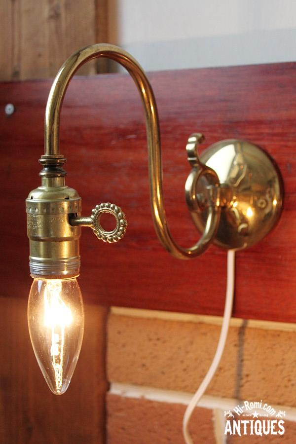 アメリカンヴィンテージのホブネイルキー付き真鍮製ウォールランプ
