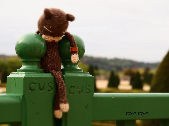 ベルサイユ宮殿で休憩編みねこくん