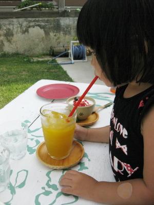 マンゴージュースを飲むAちゃん@comaya