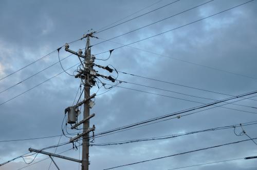 曇天と電柱
