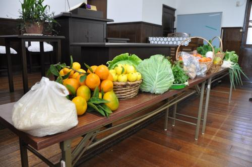 収穫物と聖壇