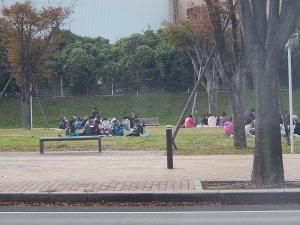 子供たちが公園で食事