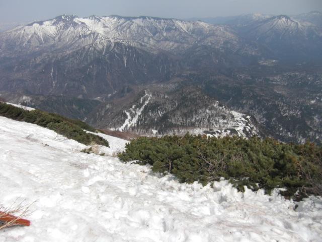 これから滑る急斜面。中央ちょい左寄り下方に白い雪の線が見える。これがリフト&スキー場です。
