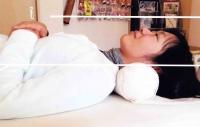 首に枕を当てて寝た