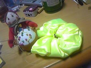 旦那作・蛍光グリーンのサテンシュシュ。マトさんは針山。