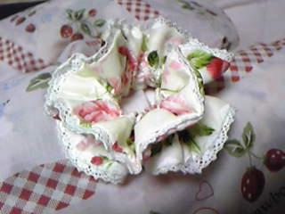 夫妻協同開発・リバーシブルシュシュ。こちらはおとなしい花柄。