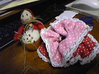 夫妻協同開発・ドット柄リバーシブルシュシュ。結ぶと赤とピンクが交互に見えて可愛い!
