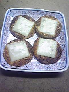 醤油せんべいにとろけるチーズを乗せてオーブントースターでチンすると、香ばしくて美味しいチーズせんべいに!
