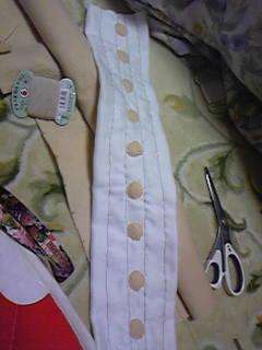 旦那作・嫁用コスプレ衣装小道具。手縫いでグレーのラインを作り、フェルトのボタンをちくちく縫い付けました