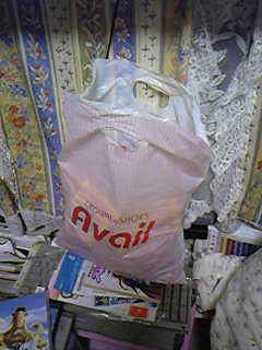 お菓子だけでこの荷物・・・これとキャリーとコップレ衣装をどうやって運ぼう。