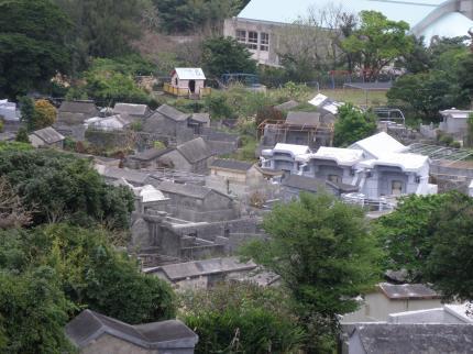 沖縄の墓地