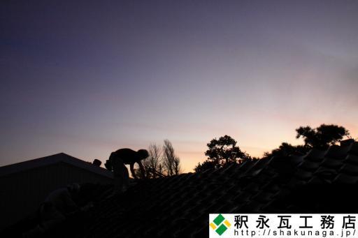釈永瓦工務店の従業員達と秋の夕景
