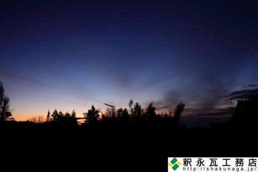 釈永瓦工務店の従業員と秋の夕景 一番星