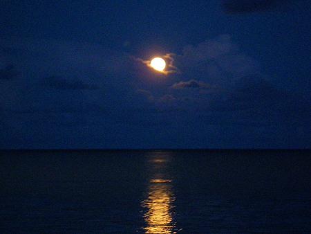宜野座の満月