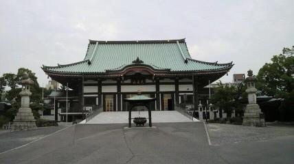 日泰寺の本堂です。朝5時50分から25人ほどの坊さんがお勤めをしているようです。思わず手を合わせます。