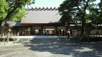 熱田神宮の本殿です。お正月に来たときは、一面、人の頭になっていますので、今日の眺めはずいぶん違いますね