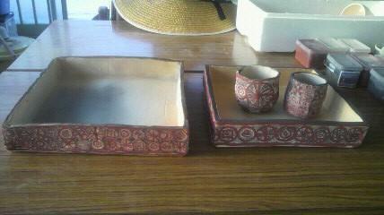 多田羅作りで形を作った四角盆です。大と中ではデザインに変化をつけています
