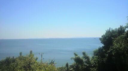 時志観音の丘の上から渥美半島方面を見ます。雲がまったくありません。