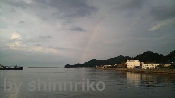 ほごたん屋釣具店の裏手に位置する津久見港・・・虹がでています